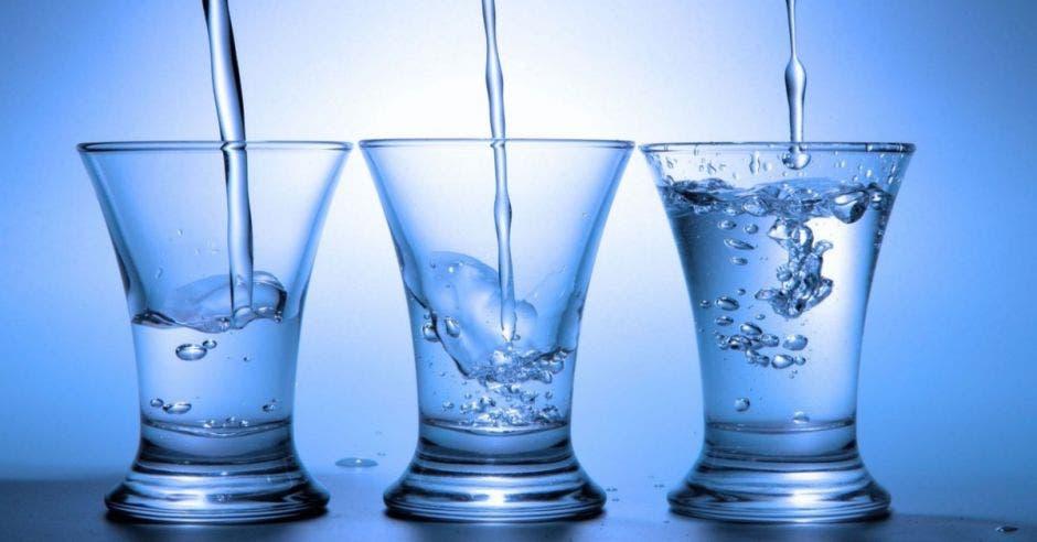 Agua en vasos de vidrio