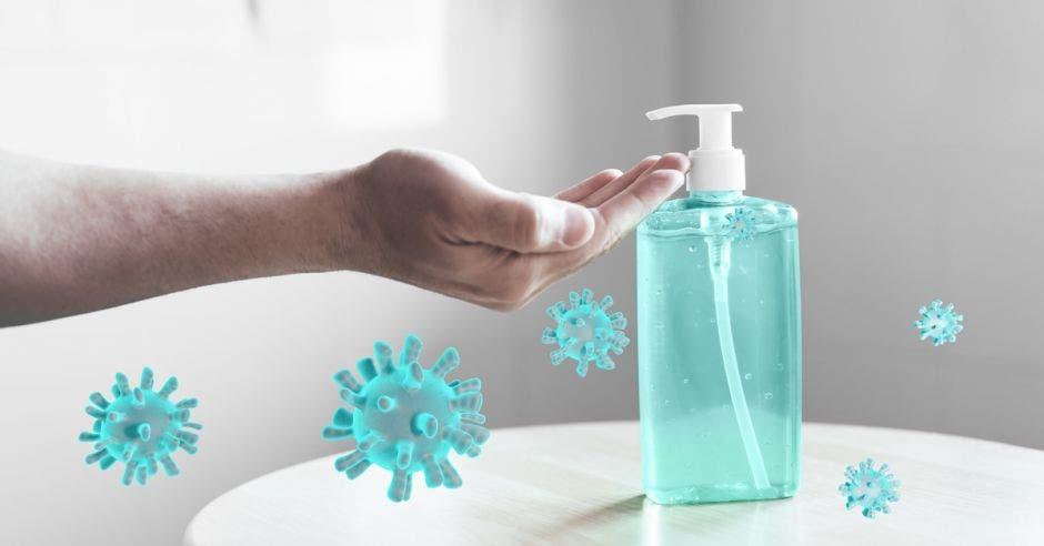Un individuo aplica alcohol en gel en sus manos