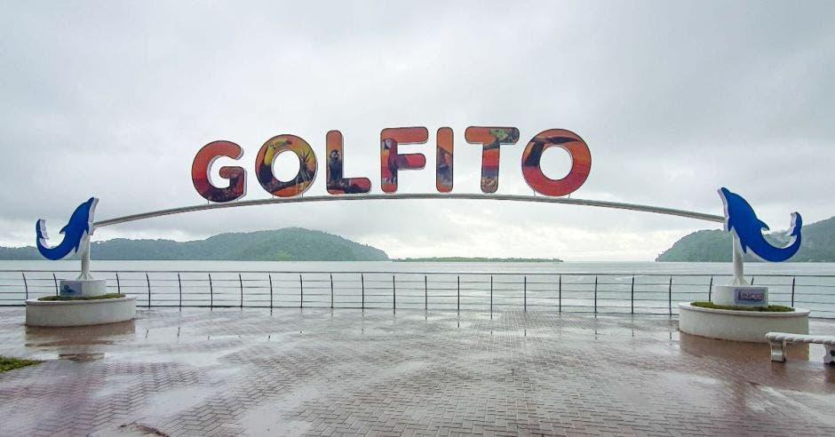 Siete letras de colores que forman la palabra Golfito