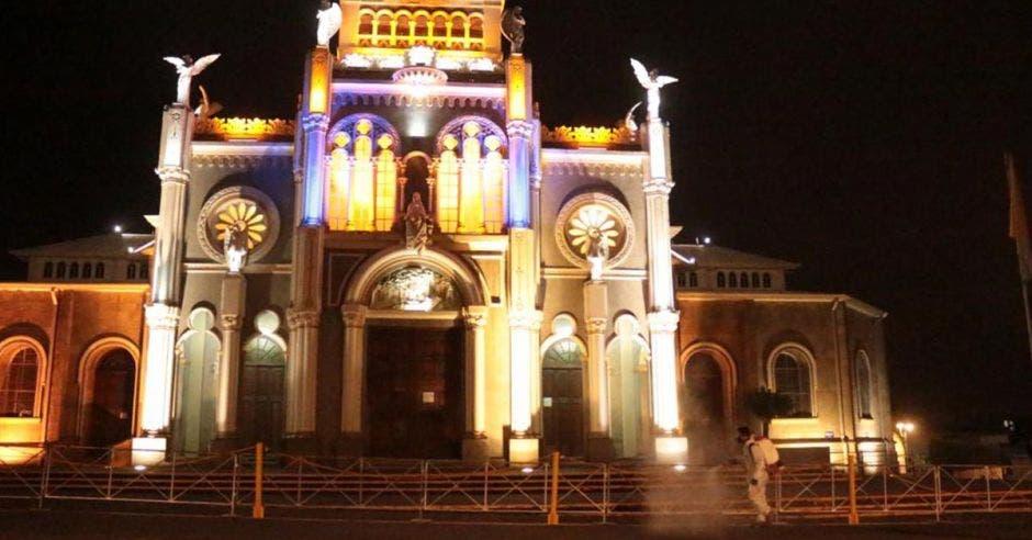 Una iglesia iluminada de noche