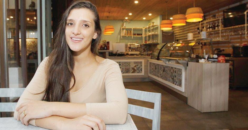 Milena Alvarado sentada en restaurante