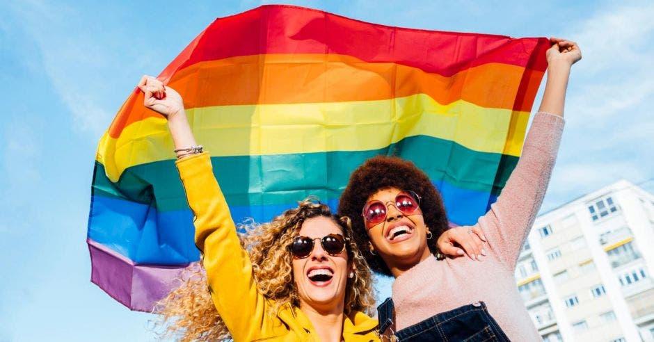 mujeres con bandera de la diversidad