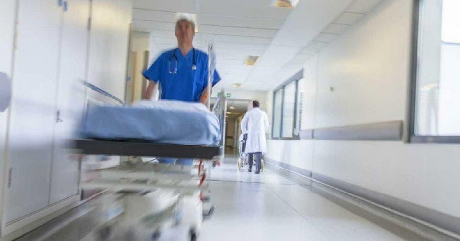 Enfermero empujando camilla