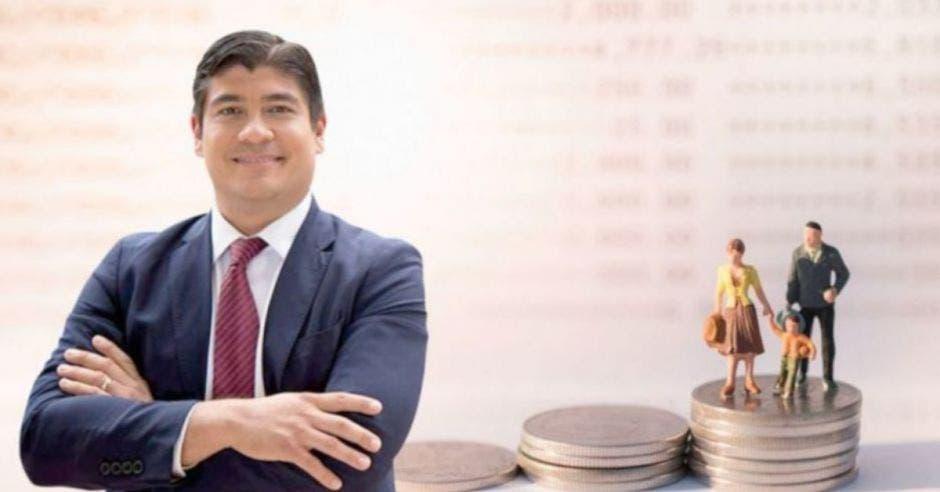 Carlos Alvarado frente a arte de monedas