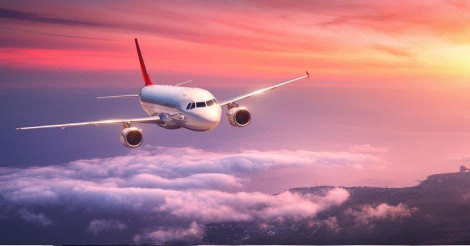 Avión volando en un atardecer