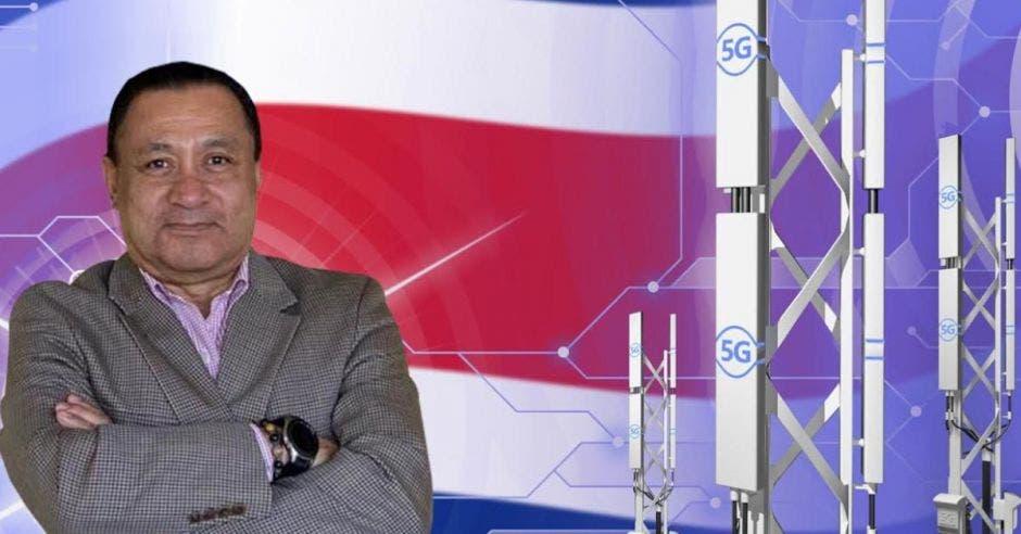 El Presidente de Ciber Regulación Consultores, Juan Manuel Campos, frente a bandera