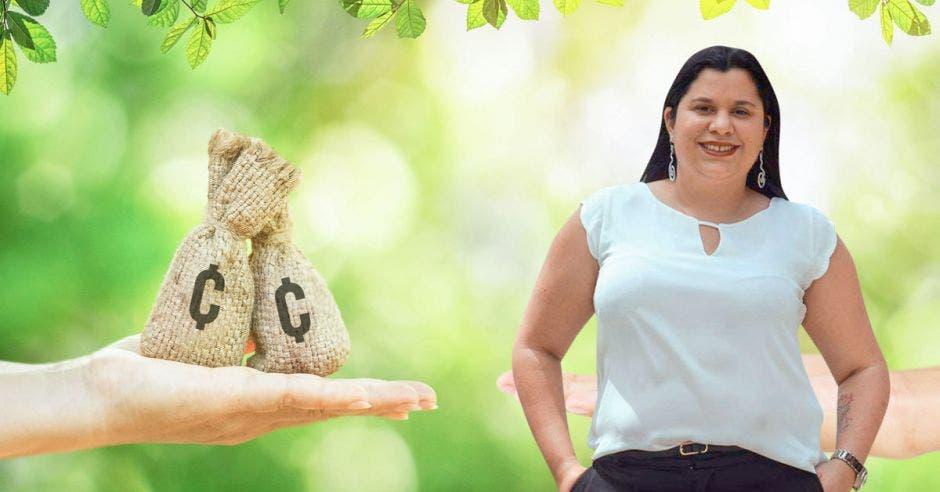 Paola Vega, diputada del PAC frente a arte de bolsa de dinero
