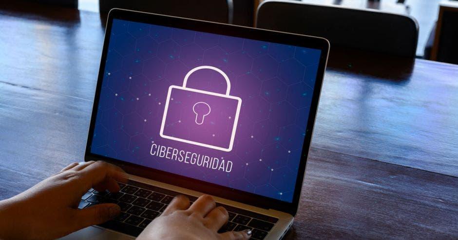 Ciberseguridad símbolo en la computadora