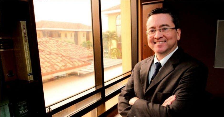 Pedro Muñoz, diputado del PUSC frente a ventana