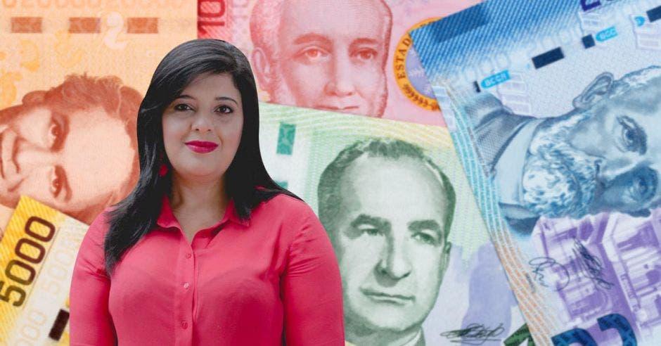 Mujer de blusa roja frente a billetes