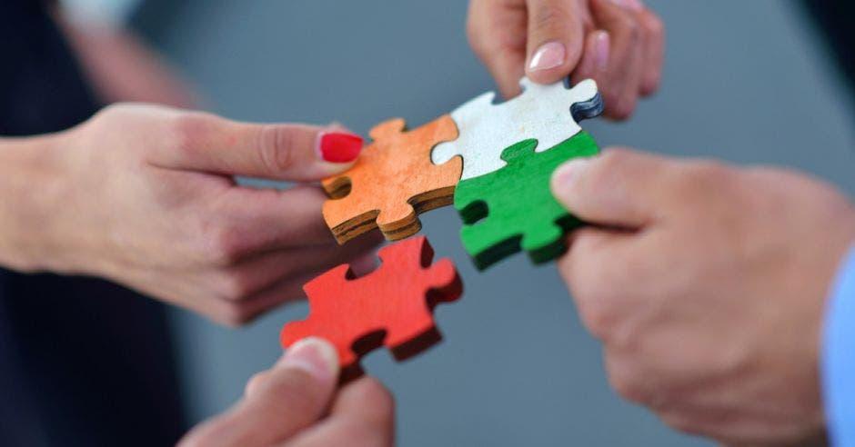 Vemos piezas de rompecabezas uniéndose