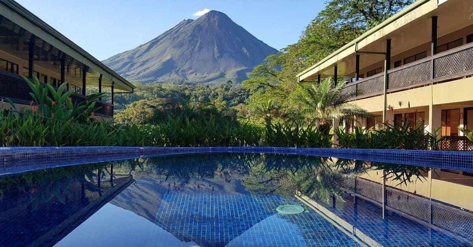 Piscina frente al volcán