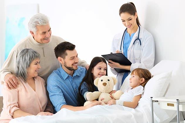 Una niña en el hospital recibe la visita de su familia.