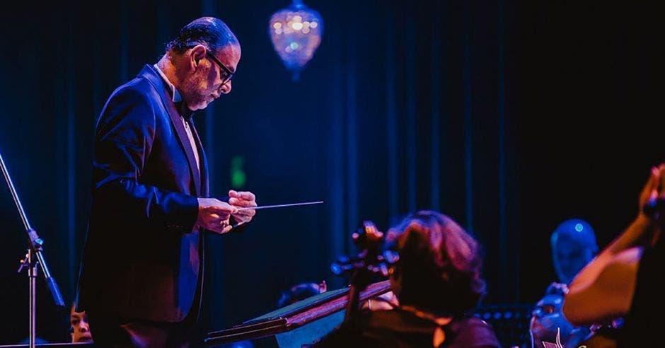 Marvin Araya dirigiendo una orquesta