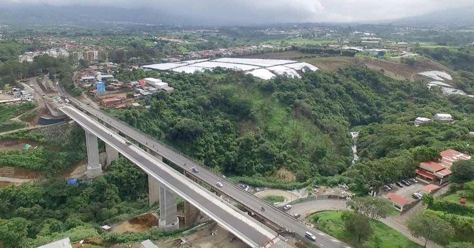 Toma aérea de puentes paralelos sobre el río Virilla, por el estadio Ricardo Saprissa