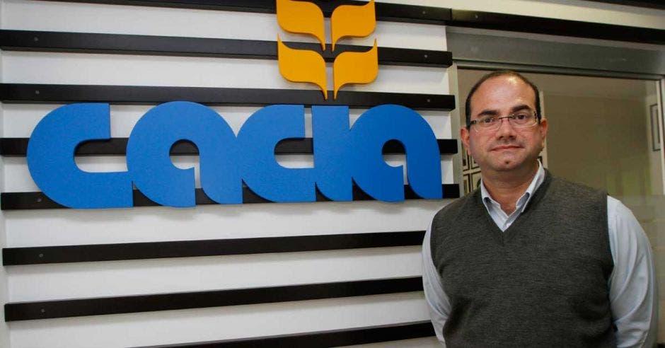 Hombre frente a logo de Cacia