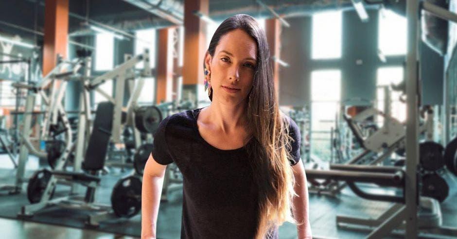 Mujer frente a un gimnasio