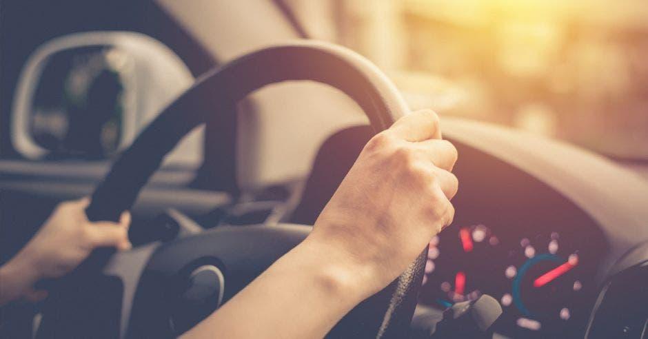 Vemos unas manos en el volante de un carro