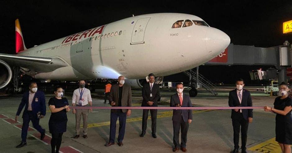 Un avión de Iberia en una de las alas del aeropuerto juan santamaría