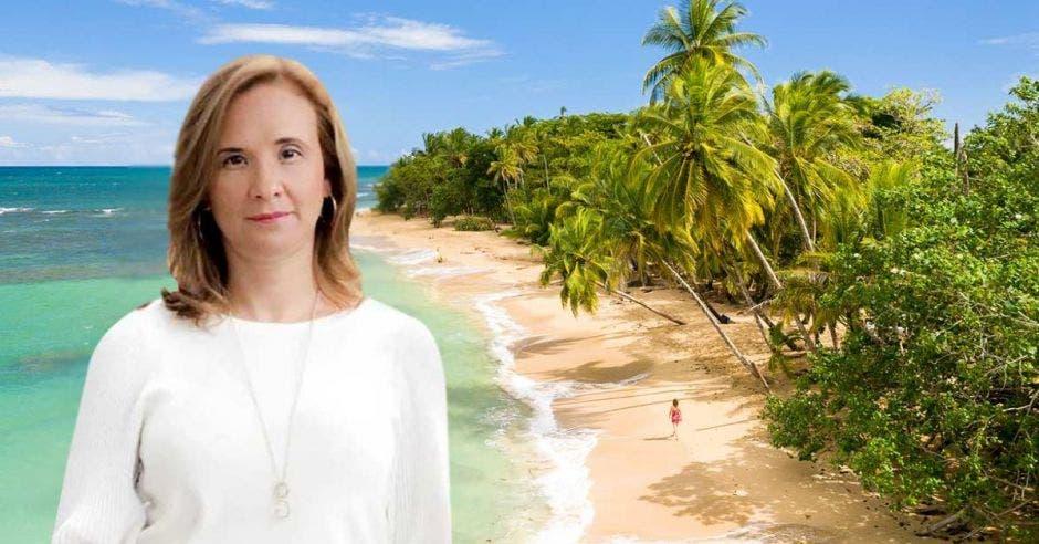 Mujer frente a arte de playa
