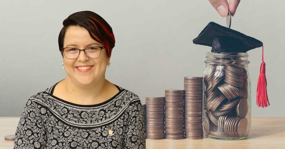 Mujer frente a arte de monedas y birrete