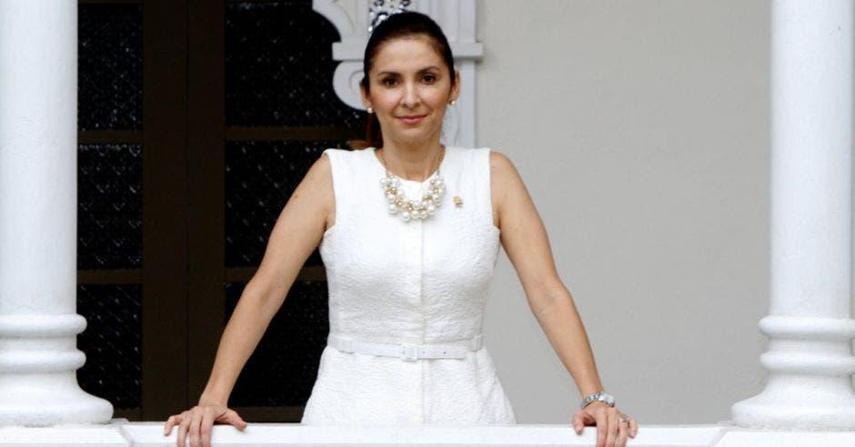 Mujer en balcón, vestida de blanco