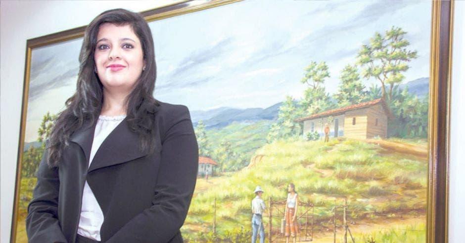 Pilar Garrido, frente a pintura