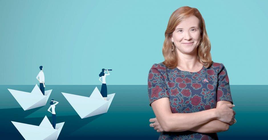 Mujer con brazos cruzados frente a arte de un mar