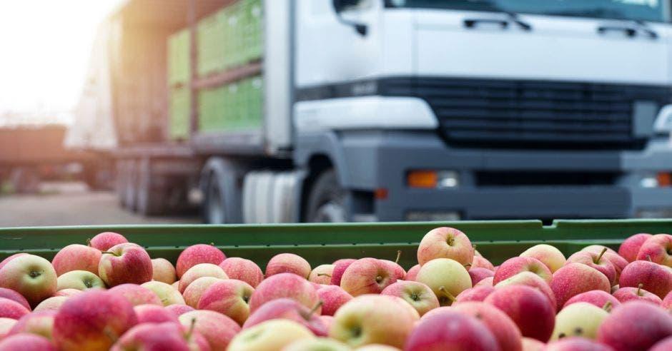 Un camión y una caja de manzanas