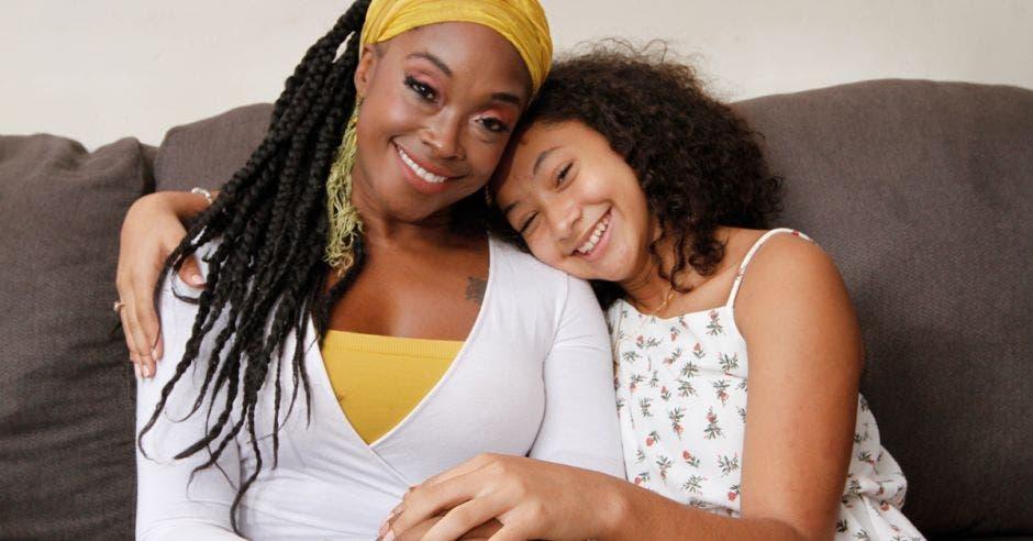 Sasha Campbell Barr  es Periodista, Cantante, Locutora y la mamá de Iana