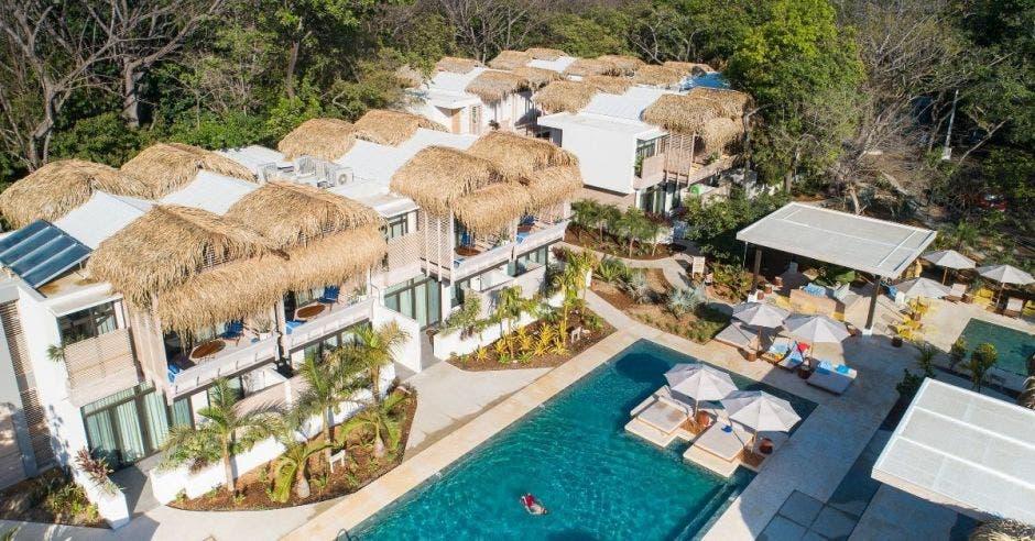 Vista aérea de un hotel de playa con piscina y un amplio bar