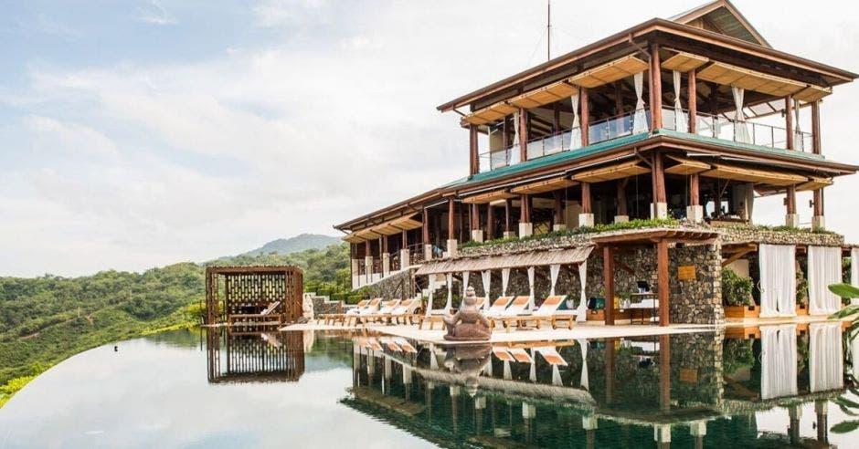 Fachada de un hotel de playa con piscina infinita