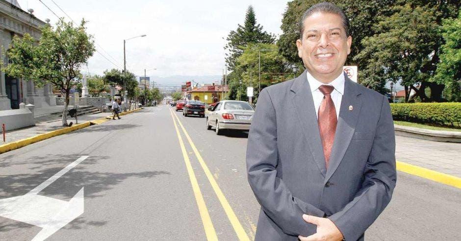 Carlos Cascante, alcalde de Tibás en carretera
