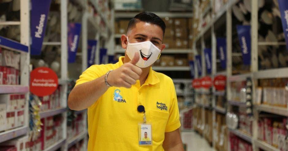 Empleado de Epa con mascarilla con sonrisa