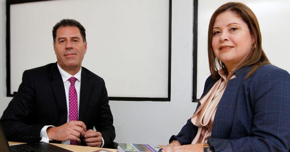 Hombre y mujer sentados