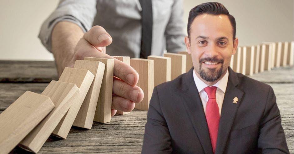 Hombre frente a arte de domino cayendo