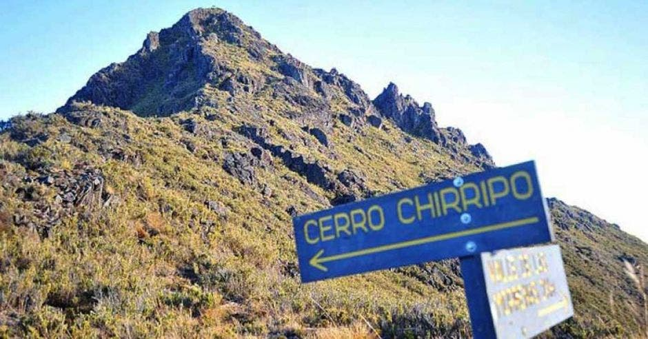 Un cerro con un letrero que indica que es el cerro chirripó