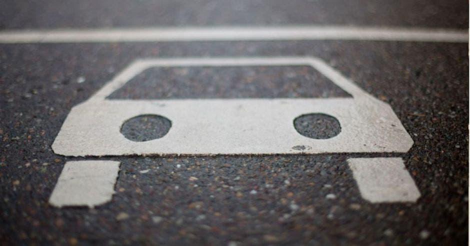 Auto dibujado en pavimento