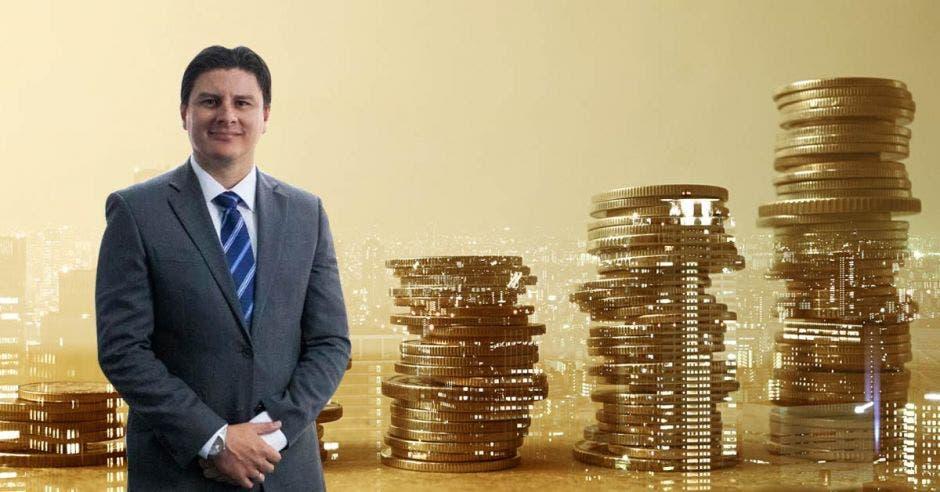 Hombre de traje frente a arte de monedas