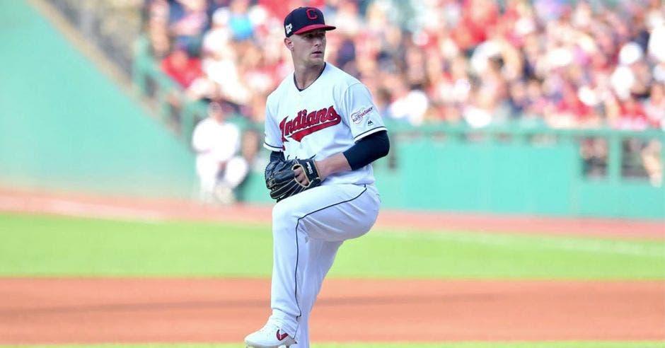 Zach Plesac, béisbolista lanzando una bola