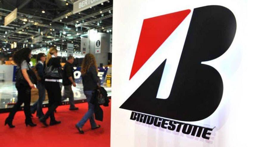 Logo de Bridgestone en un stand