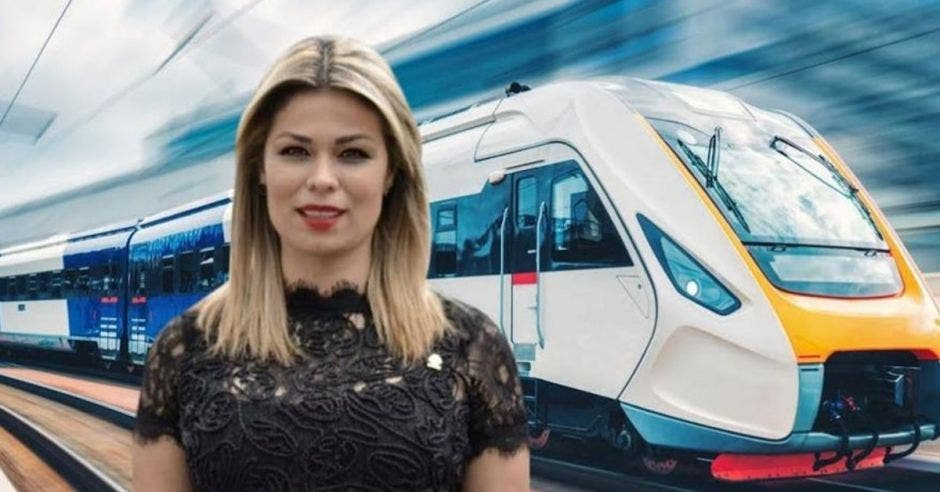 Franngi Nicolás, diputada del PLN frente a arte de tren