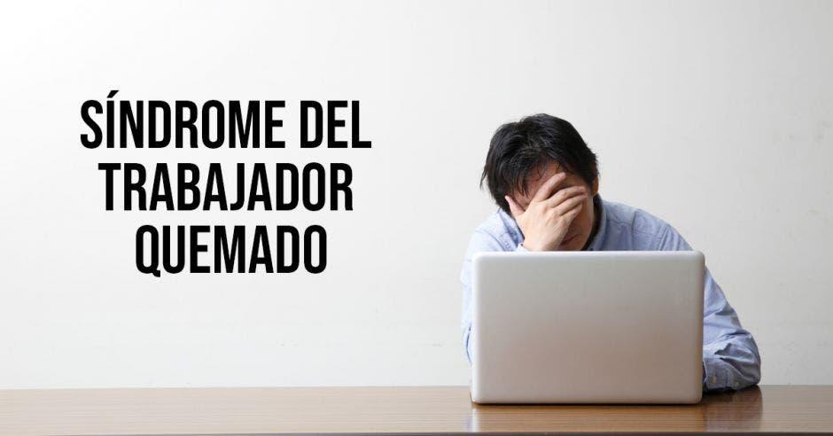 Estrés demostrada en una persona con una computadora