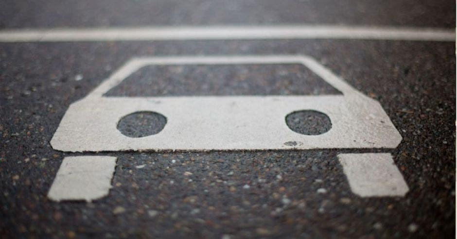 Dibujo de carro pintado en pavimento