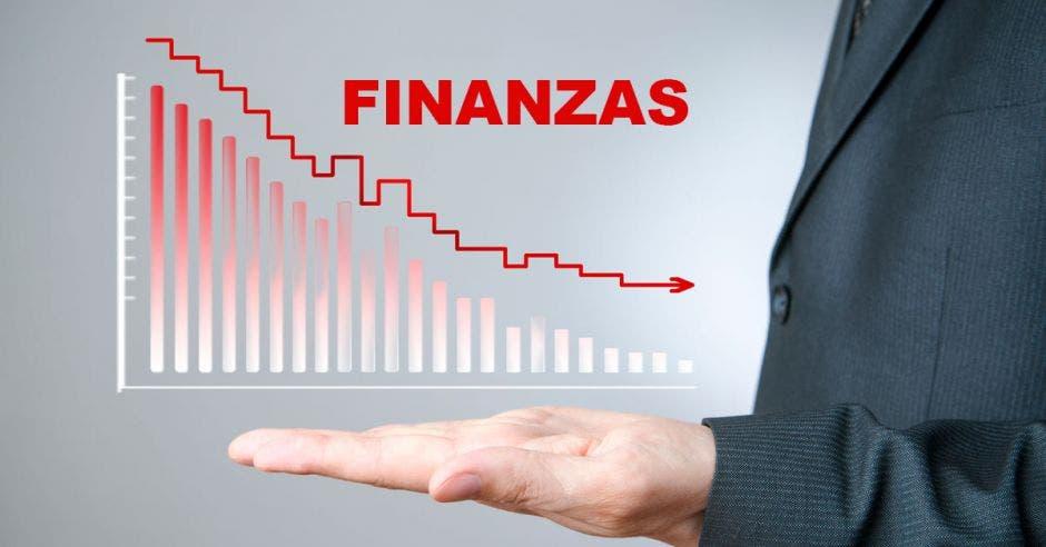 Persona con mano y gráfico con finanzas para abajo