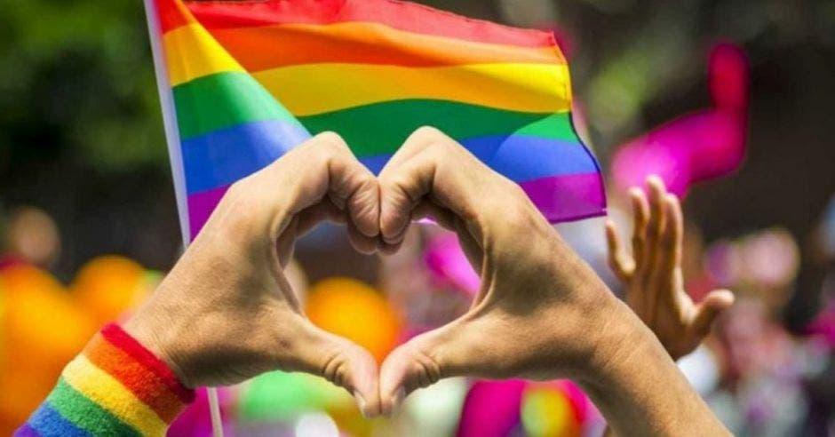 Manos en forma de corazón con bandera LGBT+