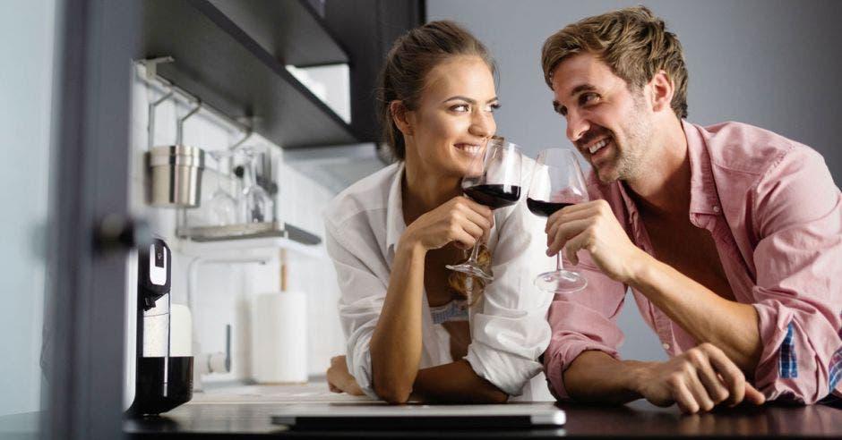 Pareja con copas de vino