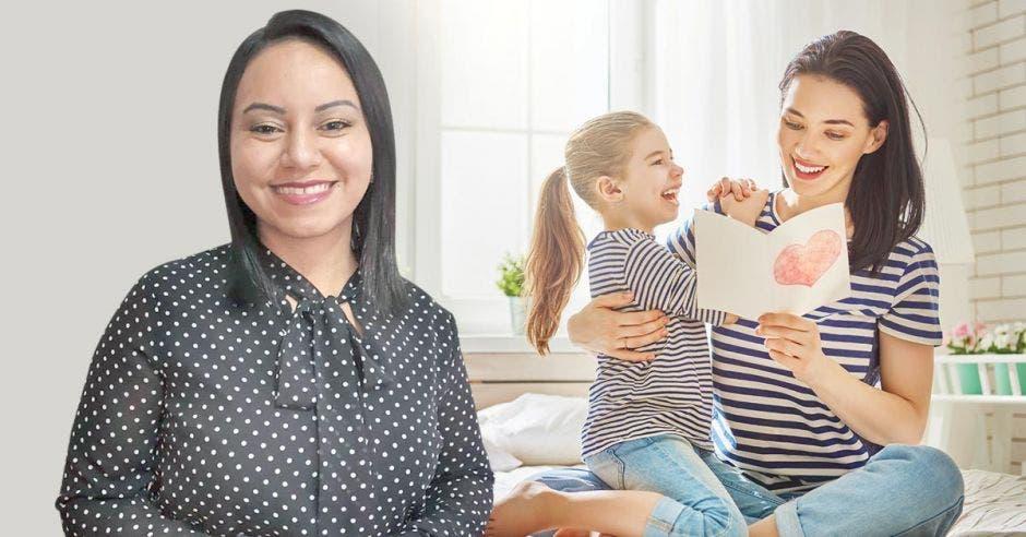 Mujer sonriendo mientras otra detrás está con su hija