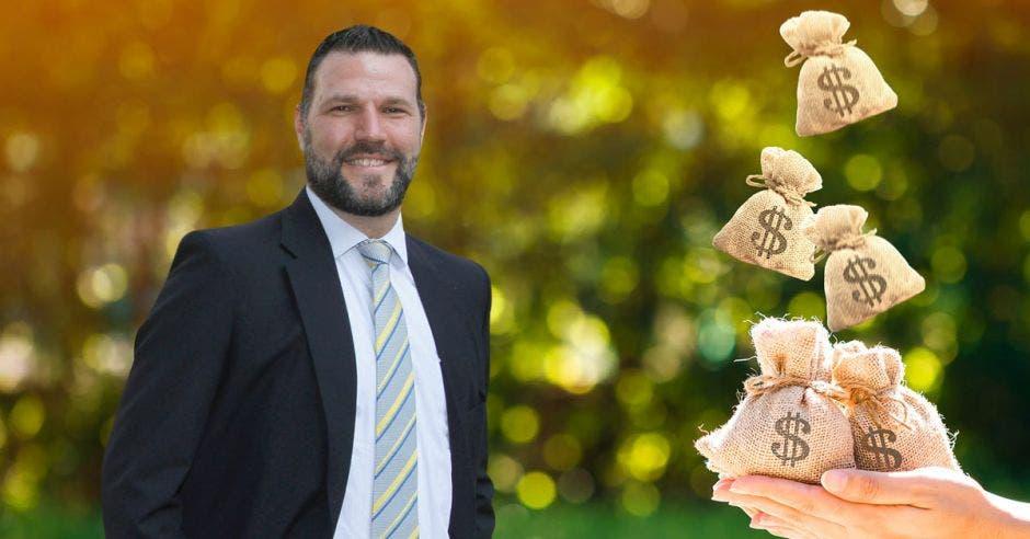 Hombre de traje, con arte detrás de persona recibiendo bolsas de dinero