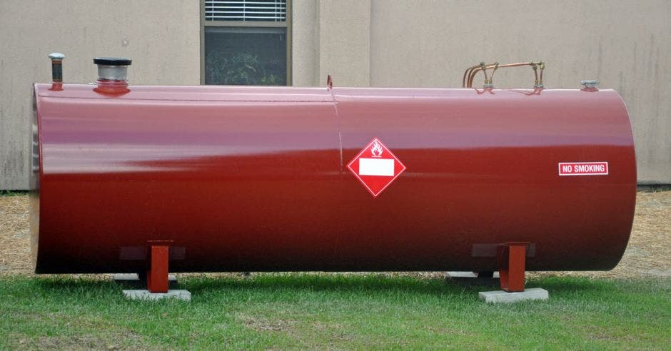 un tanque de gasolina color rojo